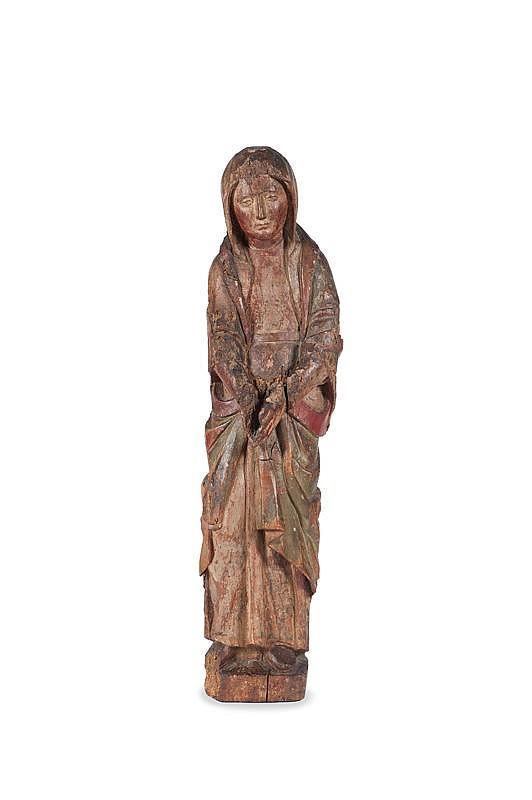 Belle Vierge de calvaireEn noyer sculpté en ronde bosse et polychromé. La Vierge se tient debout, les mains jointes inclinées vers le bas ;elle est vêtue d'une robe ceinturée, d'un manteau reposant sur les épaules et d'un voile entourant sa tête