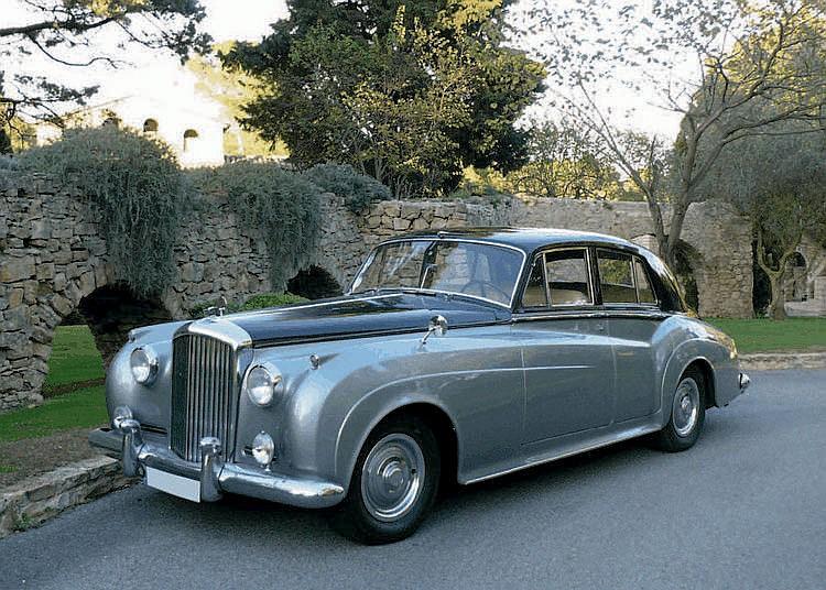 Bentley S1 - 1957 Numéro de châssis : #B476LEG En 1955, la nouvelle Bentley S Standard Steel Saloon remplaça la Type R qui était en production depuis 1952, elle-même n'ayant été qu'une timide évolution de la Mark VI lancée en 1946. D'apparence