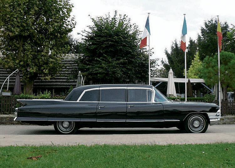 Cadillac Fleetwood Series 75 Limousine - 1961 (1960 sur carte grise) Numéro de châssis : #56675 Proposée à 9533 dollars, la Fleetwood Series 75 trône au sommet d'une gamme Cadillac 1961 qui débute à 4982 dollars avec la Series 62 Coupe. Deux