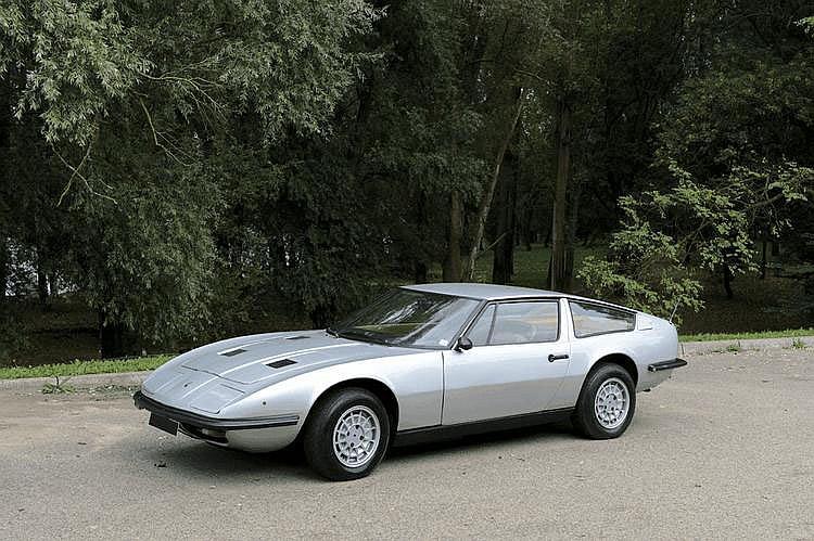Maserati Indy 4900 - 1973 Numéro de châssis : #AM116\491910 Au Salon de Turin 1968, on découvre sur le stand Maserati deux propositions pour un coupé 2+2 destiné à remplacer à terme la Mexico, dont la ligne, pourtant fruit de la réputée carrosserie