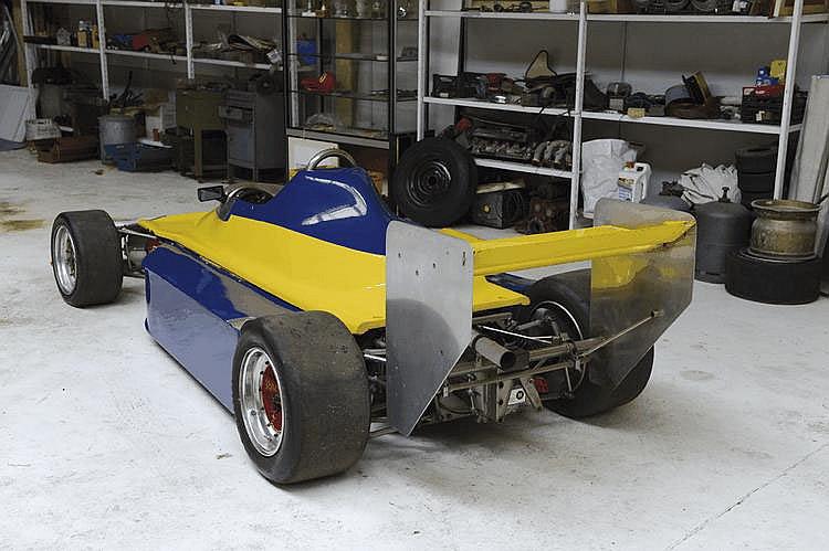 Chevron Monoplace B47 Formule 3 1979 Numéro de châssis : #47-79-09 Derek Bennett, né en 1933 à Manchester, abandonne rapidement les études pour se consacrer à sa passion, la construction de voitures de course. Concevant d'abord des petites