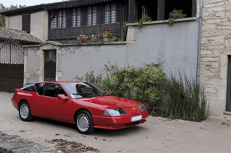 Renault ALPINE GTA V6 GT - 1986 Numéro de châssis : #VFAD5000500010086 La nouvelle Renault Alpine V6 GT est présentée en novembre 1984. Renault- Alpine ? Oui, car depuis 1981 et le remaniement de l'A310 V6, on ne parle plus d'Alpine-Renault, mais