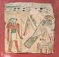 CARTONNAGE DE MOMIE  Scène représentant Horus hiéracocéphale debout, tenant l'ouas derrière  Horus faucon, debout sur un temple, derrière un uraeus cobra.  Symboles d'Osiris et d'Amon dans le champ. Polychromie. Egypte.  Basse Epoque. 18 x 18 cm.