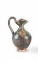 OÉNOCHOÉ  A bec trilobé, en céramique lustrée noir. Epoque hellénistique.  H. : 14 cm.