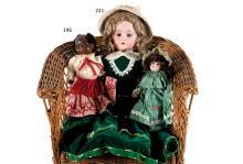 Bébé à tête caractérisée noire, bouche fermée, de fabrication HEUBACH 399-13/0 DRGM, corps droit d?origine. Habit de style.