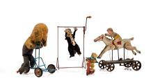 Lot divers comprenant clown acrobate, chien livreur et jockey à tirer, avec ours et sa patinette.