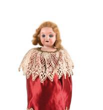 Lot divers comprenant poupée de piano en biscuit, poupée folie non d'origine, pupitre d'écolier, fauteuil de maison et corps de bébé allemand démonté.