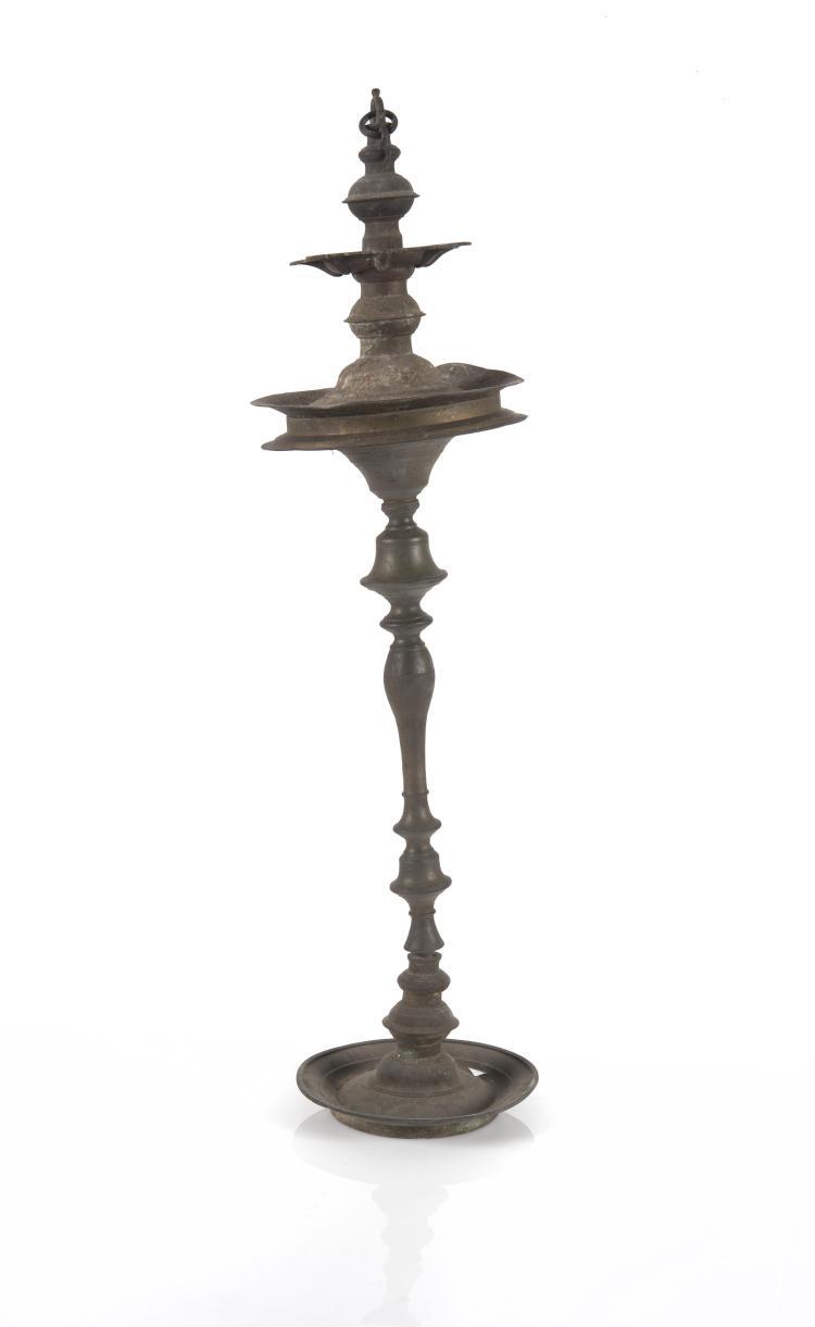 grande lampe juive en m tal sur pied tourn reposant sur u. Black Bedroom Furniture Sets. Home Design Ideas