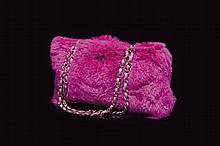 CHANEL   Sac rectangulaire en fausse fourrure rose fuchsia, intérieur en cuir rose fuchsia, bandoulière entrelacs de cuir sur métal vieilli, deux poches intérieures zippées.   20 x 35 cm.   Circa 2011.   Très bon état.