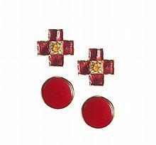 YVES SAINT LAURENT - Lot de deux paires de boucles d'oreilles clips,   une émaillée rouge en forme de croix, une sphérique  et rouge .   Circa  1980    Très bon état