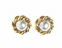 CHANEL   Paire de boucles d'oreilles clip sphériques, une perle grise entourée d'une chaine en métal doré.   Circa 2000   Très bon état.