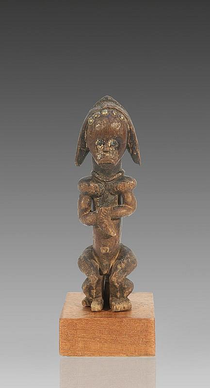 Statuette de reliquaire FANG, style Ntumu, Gabon / Guinée équatoriale. Rare petite statuette masculine pour le culte du byeri. Le corps solidement charpenté, en position assise, montrant une belle musculature géométrisée. Le visage aux traits sereins