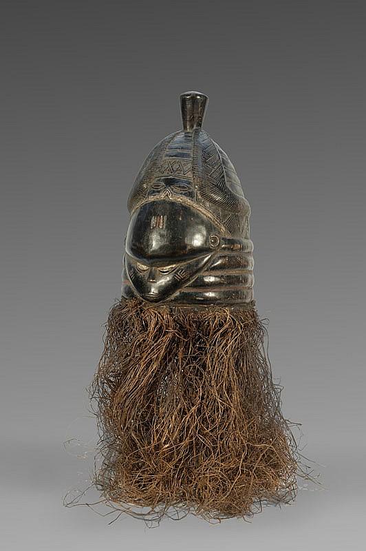 Grand masque heaume Sowei MENDE, Sierra Leone. Séduisant masque de danse utilisé à l'occasion de cérémonies solennelles dont celles relevant du Bundu. Belle coiffure en nattes ouvragées se rejoignant au sommet en chignon. Présence de sa parure de