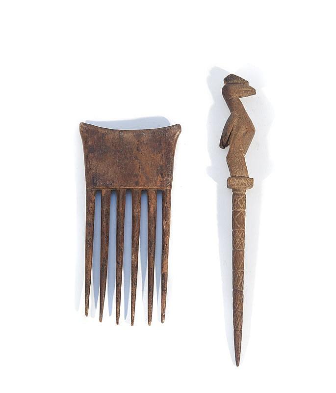 Peigne et épingle  Côte d'Ivoire.  Bois à patine brun clair.  H. : 15 et 22 cm.
