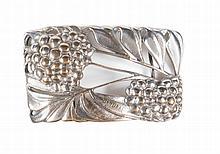 MAURICE DAURAT (1880-1969)   Boucle de ceinture en métal argenté à décor de mûres.   Vers 1908.