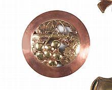 MAURICE DAURAT (1880-1969)   Médaillon rond en cuivre et laiton à décor de groseille. Vers 1908.   Signé. Exposée au Salon des Artistes français de 1908.