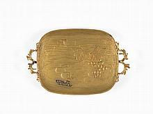 TRAVAIL VERS 1900   Plateau en bronze doré de forme rectangulaire à décor japonisant   et anses naturalistes. Monogrammé A.L.