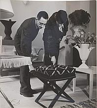 ROGER SCHALL (1904-1995)  Jean-Michel Frank dans sa boutique avec une cliente.