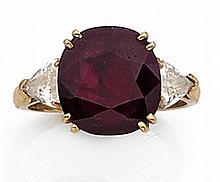 Bague en or jaune sertie d'un rubis ovale épaulé de deux diamants troïka.