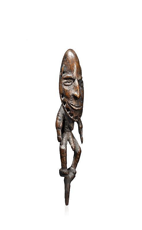 Bouchon de flûte sacrée Papoue Biwat, cours moyen de la rivière Yuat, Bas-Sepik, Papouasie Nouvelle-Guinée. Personnage à la tête projetée en avant debout, puissant, au front surdimensionné aujourd'hui dénué de sa parure. Il couronnait chez les Biwat