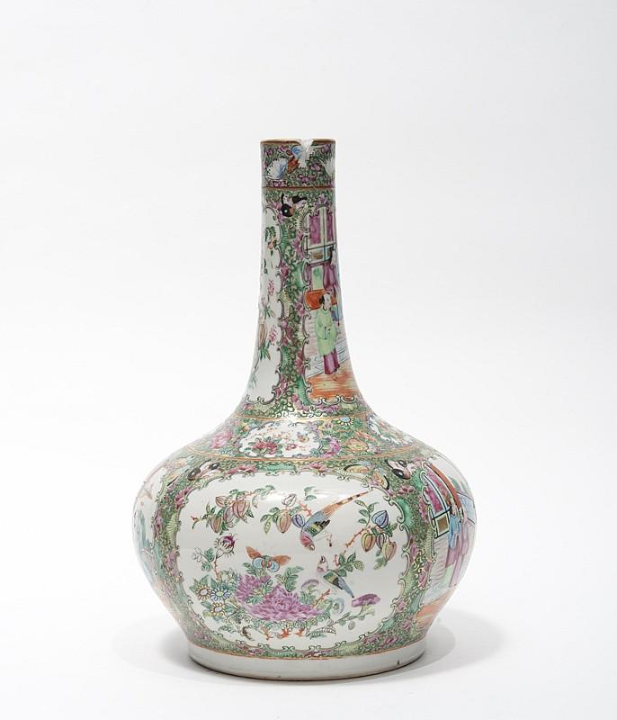 Paire de vases en porcelaine de Canton Chine, fin du XIXe siècle. De forme bouteille surmontés d'un long col tubulaire, à décor de panneaux alternant scènes de personnages, oiseaux et fleurs sur fond doré et ornée de papillons et rinceaux. Un vase