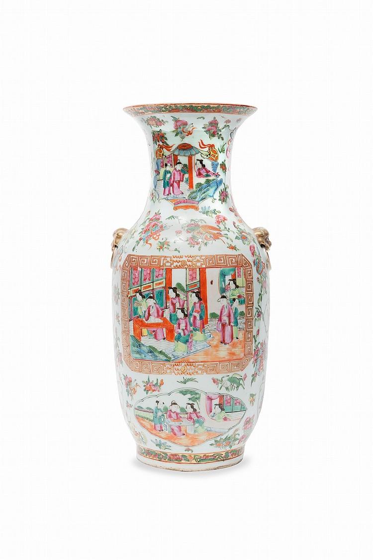 Vase en porcelaine de la famille rose Chine, Canton, fin du XIXe siècle. Décoré de deux cartouches rectangulaires à décor de scènes de personnages sur fond de motif d'emblèmes ou fleurs. Deux anses en forme de tête d'animaux en léger relief à la base