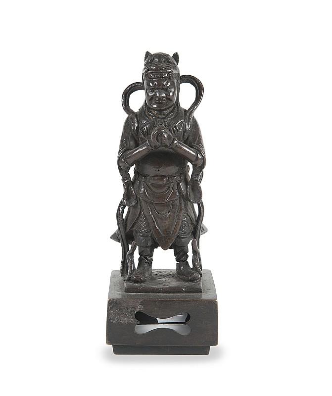 Statuette de gardien  Chine, époque Ming, XVIIème siècle.  Bronze à patine brune. Socle rapporté. H. : 22 cm.