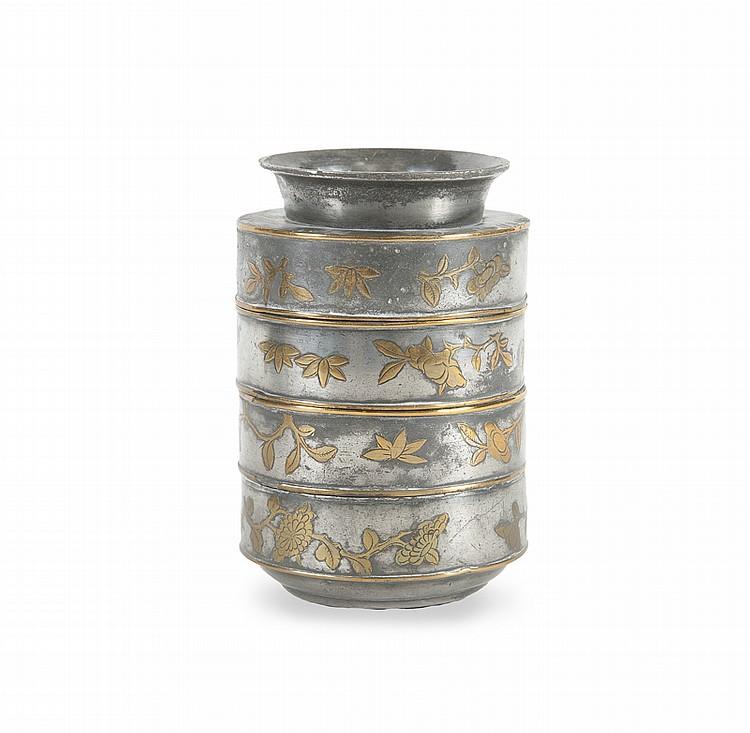 Boîte à compartiment en étain partiellement doré  Chine, fin XIXème - début XXème siècle.  Le pourtour décoré de frise de prunus, grenades et papillon. H. : 14,7 cm.