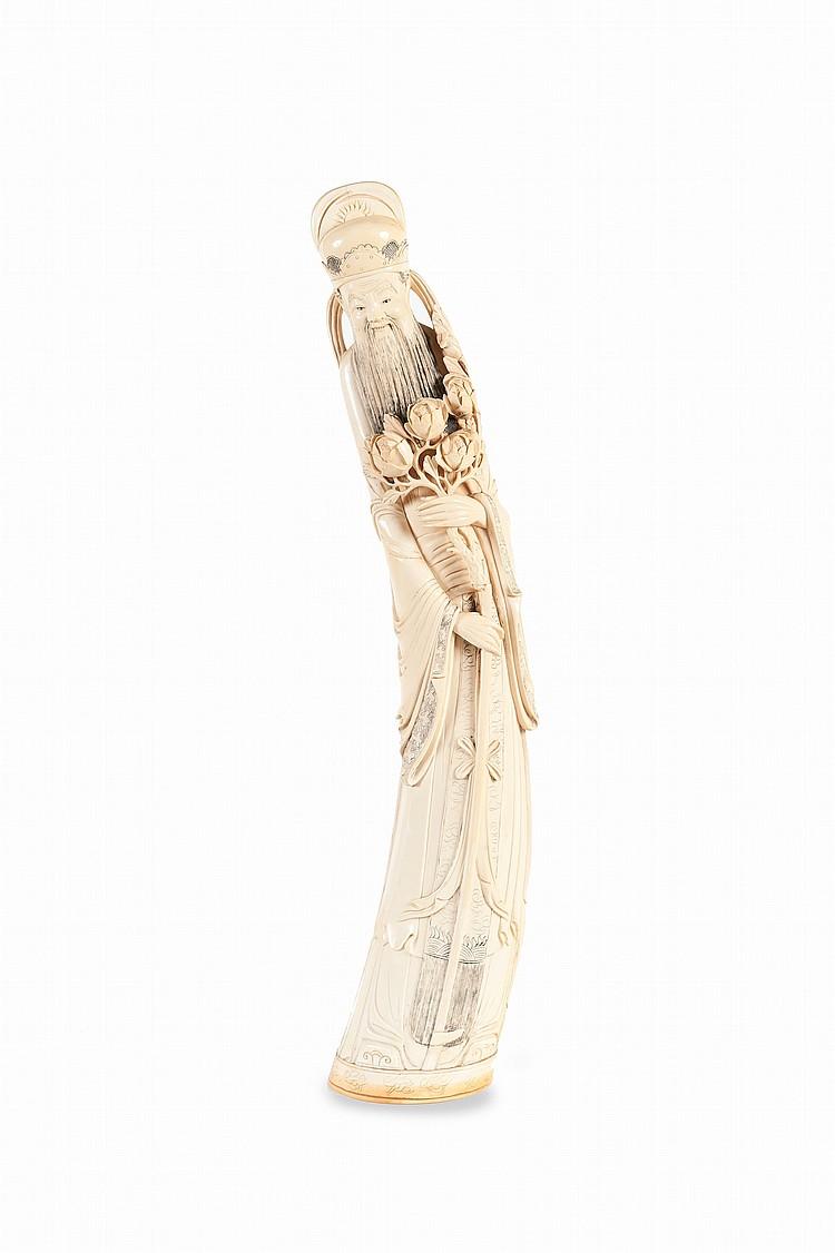 Deux grandes défenses en ivoire sculpté. Chine, milieu XXème siècle. Représentant l'une, un dignitaire, un rameau de pivoines et un bâton à la main, la deuxième, une femme portant un panier de fleurs et tenant un bouquet dans sa main droite. H. : 70