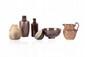 Ensemble de trois céramiques vernisées vers 1900-1920 comprenant une coupelle, un pichet et un vase. H. : 4 à 14 cm.