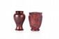 Jean Baptiste GAZIELLO (1891-1957) Vase de forme balustre en céramique irisée à décor floral. Signé. H. : 13 cm. On y joint un vase en céramique à décor de blason monogrammé HK. H. : 13 cm.