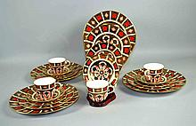 (20) TWENTY PCS ROYAL CROWN DERBY IMARI #1128 - 5 Pc service for (4). To include: (4) Dinner Plates 10 1/2''diam; (4) Salad Plates 8 1/2''diam; (4) Bread&Butter; Plates 6''diam; (4) Cups 3 1/2''diam and (4) Saucers 5''diam. Iron Red, Cobalt Blue, 22