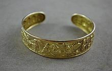 18ct Gold bracelet with raised decoration approx