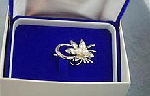 Good silver and pearl brooch