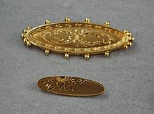 Two 14ct yellow gold plated brooches one larger