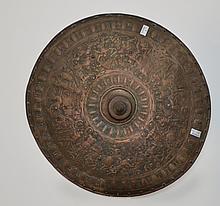 Bouclier rond, de style Renaissance, en cuivre argenté, à décor en ronde-bosse, pointe en son milieu   XIXe siècle  D. 62 cm