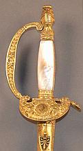 Une épée d'officier supérieur Ier Empire Garde, clavier et pommeau en bronze doré et ciselé, pommeau avec heaume empanaché, fusée à plaquettes de nacre, lame triangulaire dorée et bleuie au tiers de 83 cm, clavier avec en son centre un