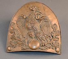 Une plaque de bonnet à poils Garde Nationale en laiton, monarchie de Juillet, motif au coq  H. 17 cm L. 17 cm env.