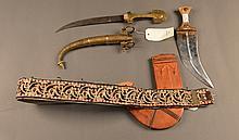 Lot composé de: un poignard marocain en métal argenté et un poignard arabe avec fourreau cuir, poignée décorée