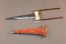 Poignard KATAR  Garde en fer entierement damasquinée à l'or à décor de feuillages, lame à gorge travaillée, fourreau gainé de tissu  Lame de 23,5 cm L. totale 47 cm
