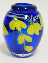 CONTEMPORARY ART GLASS VASE. CASED COBALT BLUE AND CRYSTAL INTERNALLY DECORATED W/ YELLOW FLOWERS AND GREEN VINES. 5 1/4 IN H