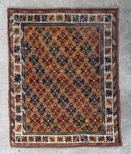 tapis Konya de Turquie du village de Mihalic, à décor central de croix sur champ orange, bordure principale de carrés crénelés sur champ blanc. Milieu du XIXe siècle.