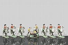 groupe en porcelaine de Nymphenburg représentant 1 cavalier et 2 hommes à une chasse à courre durant laquelle 1 cerf a été tué, le tout accompagné de 2 chiens de chasse. Pièce agrementée de 6 cavaliers chasseurs. Porcelaine peinte de couleurs vives.