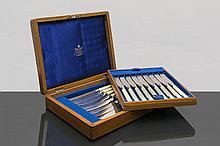 boîte de 18 couteaux avec manche en ivoire par Mappin & Webb. Bel écrin en chêne et intérieur en velours.