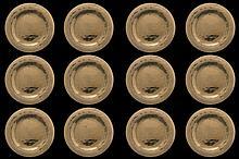 12 assiettes de présentation en métal doré martelé.