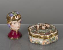 boîte en porcelaine polylobée de Capodimonte à décor en couleurs d'enfants jouant dans la campagne et vendangeant.