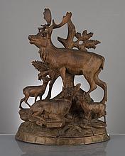sculpture en bois de Brienz représentant un rocher sur lequel est perché un cerf (ou un daim), une daine et ses faons