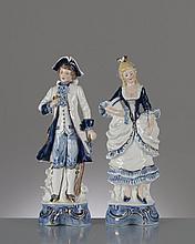 paire de figurines en porcelaine de Graefenthal représentant une femme et un homme vêtus à la mode de l'époque victorienne, portant chacun un numéro