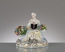 figurine en porcelaine italienne Luigi Fabris représentant une femme assise portant 2 corbeilles de fleurs, marque sous la base