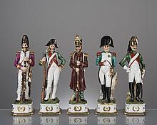 lot de 5 figurines napoléoniennes en porcelaine polychrome Capodimonte comprenant Napoléon et 4 soldats ou officiers de la garde napoléonienne.